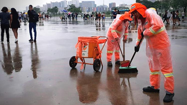 Equipe de garis trabalhando no pré-carnaval de Brasília